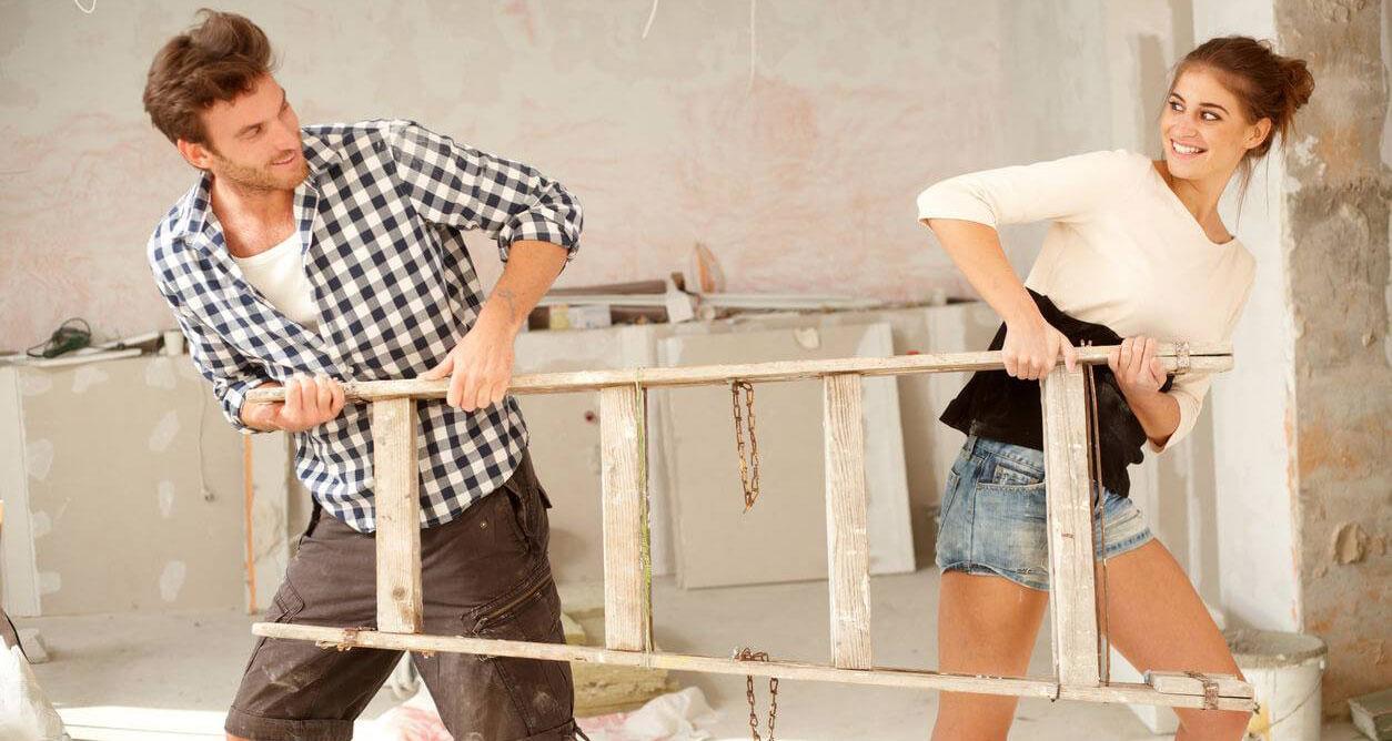 couple tirant sur une échelle pendant rénos