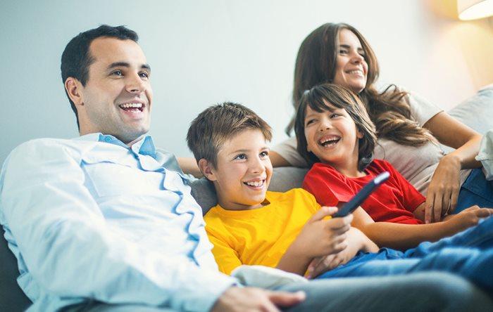 famille sur canapé