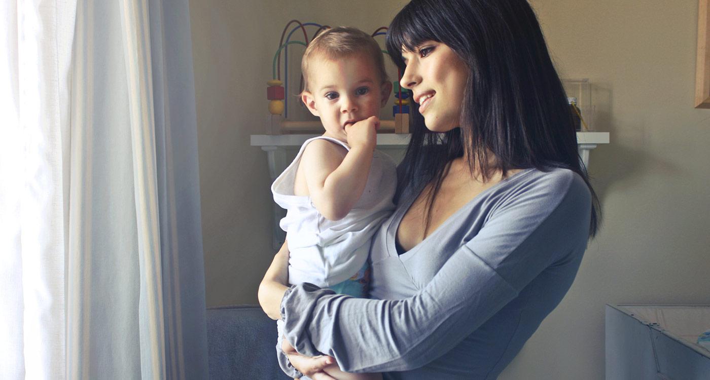 mère tenant son enfant dans ses bras