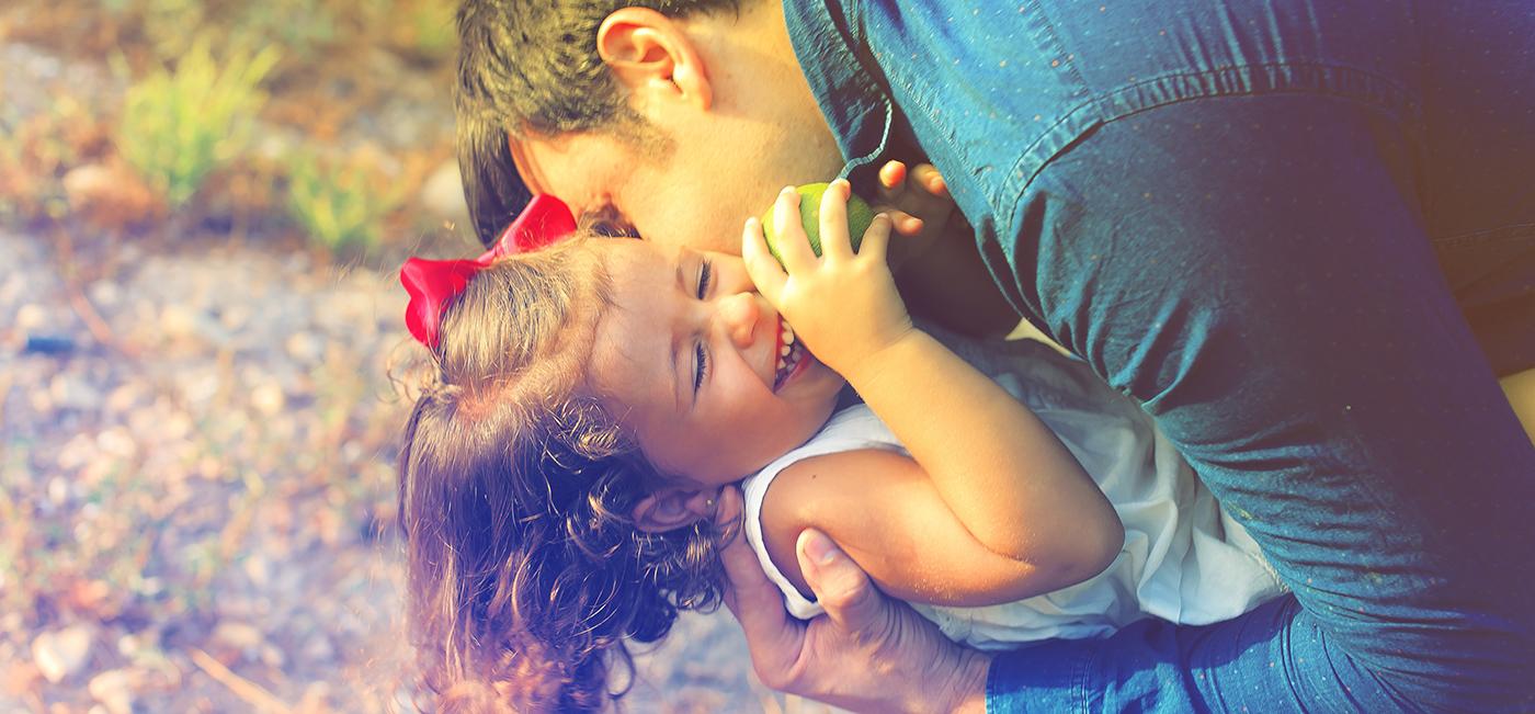 père faisant un calin à sa fille