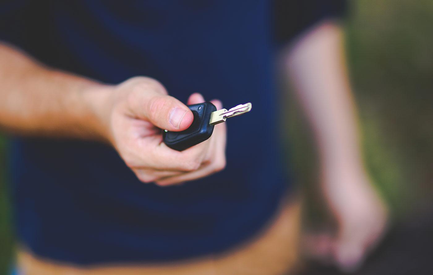 clé dans une main