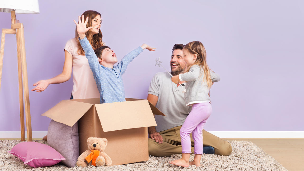 famille qui joue autour d'une boîte