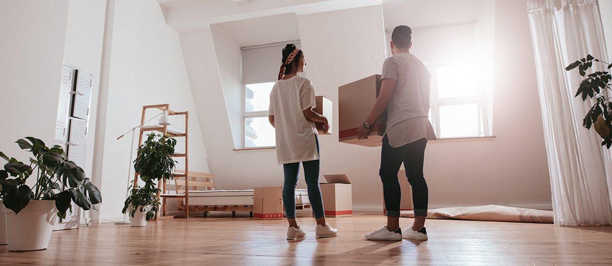 couple qui déménage dans leur maison
