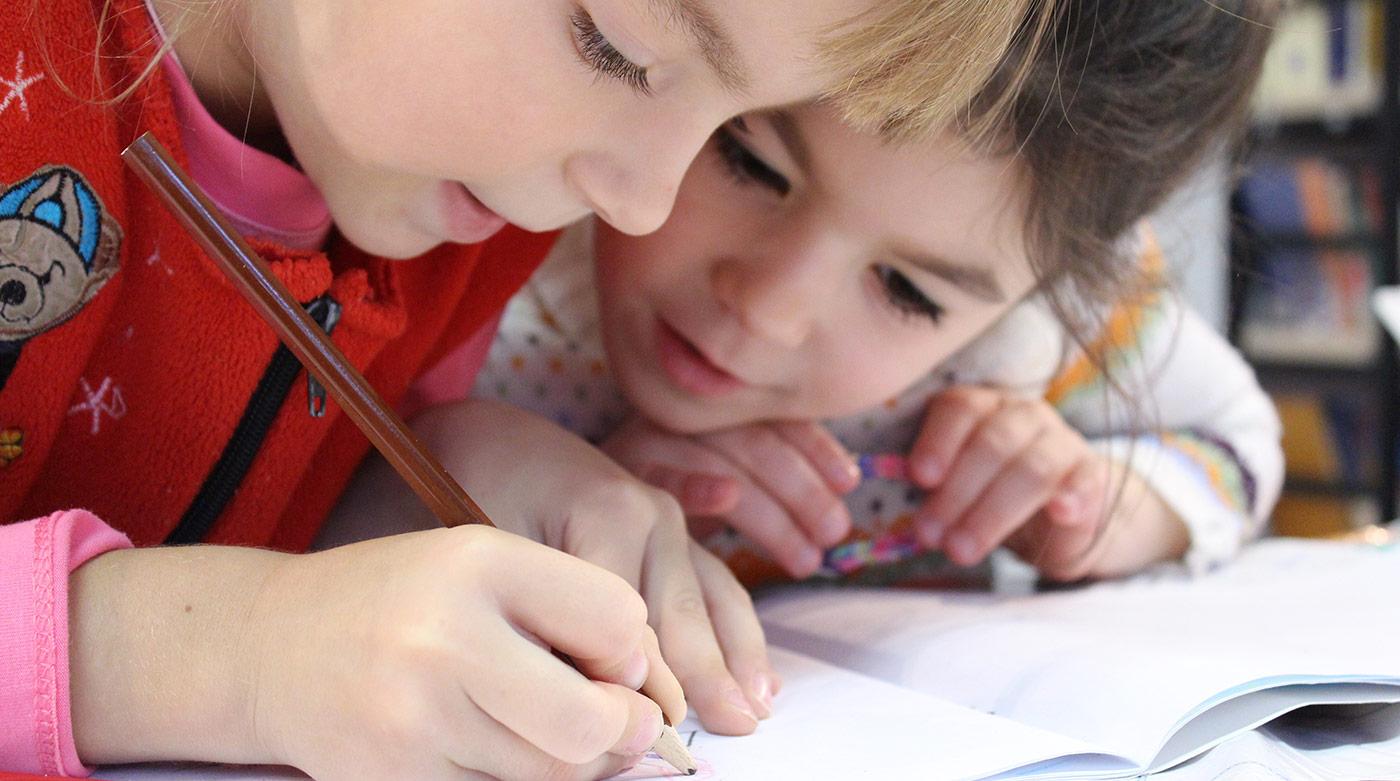 enfants coloriant
