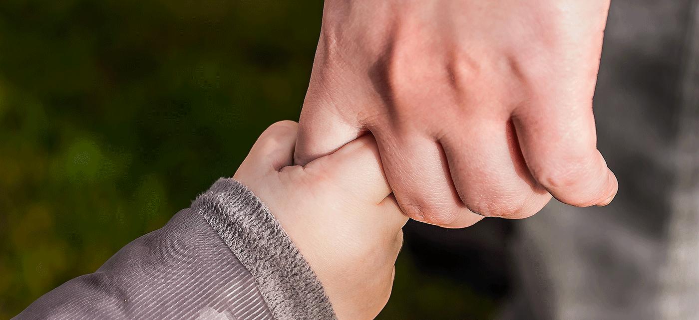 famille se tenant la main