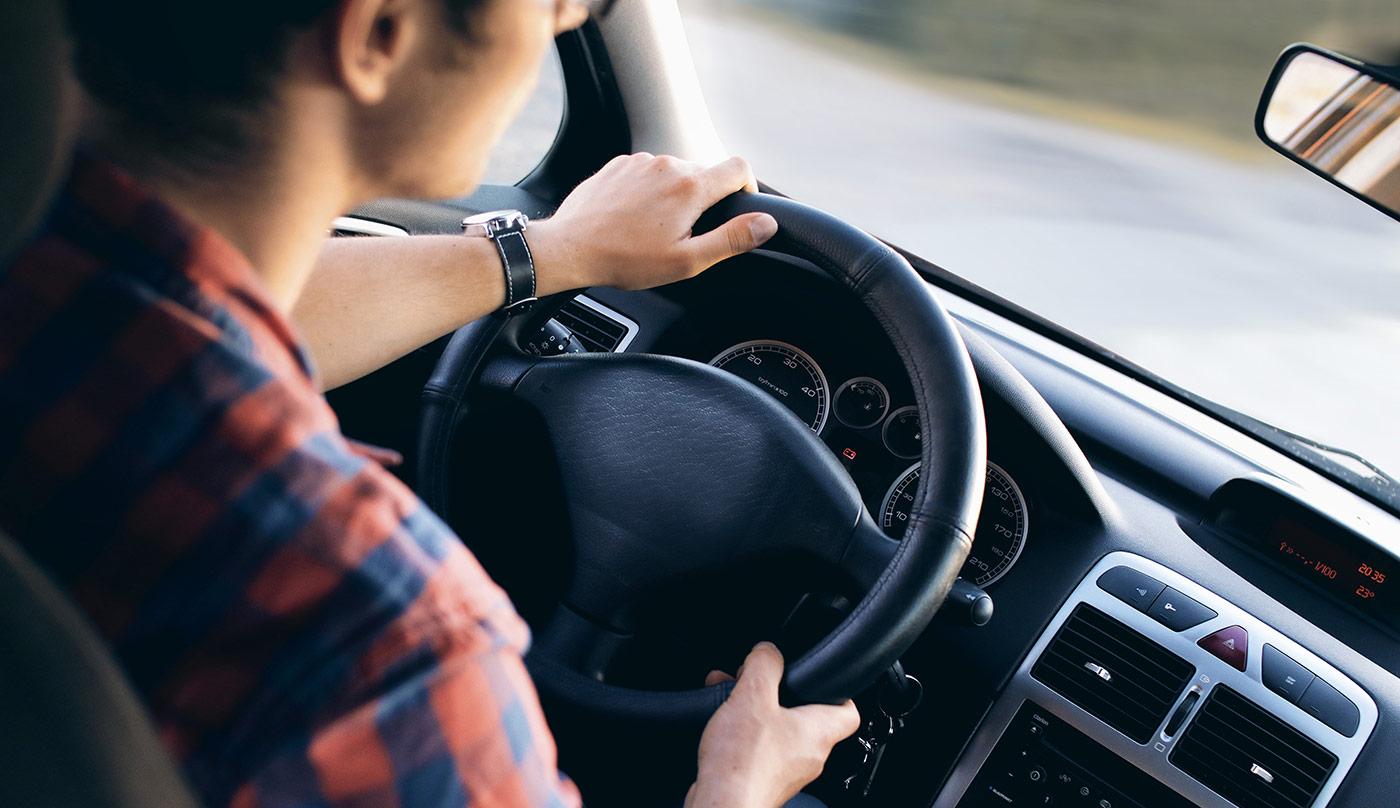 conducteur au volant d'une voiture