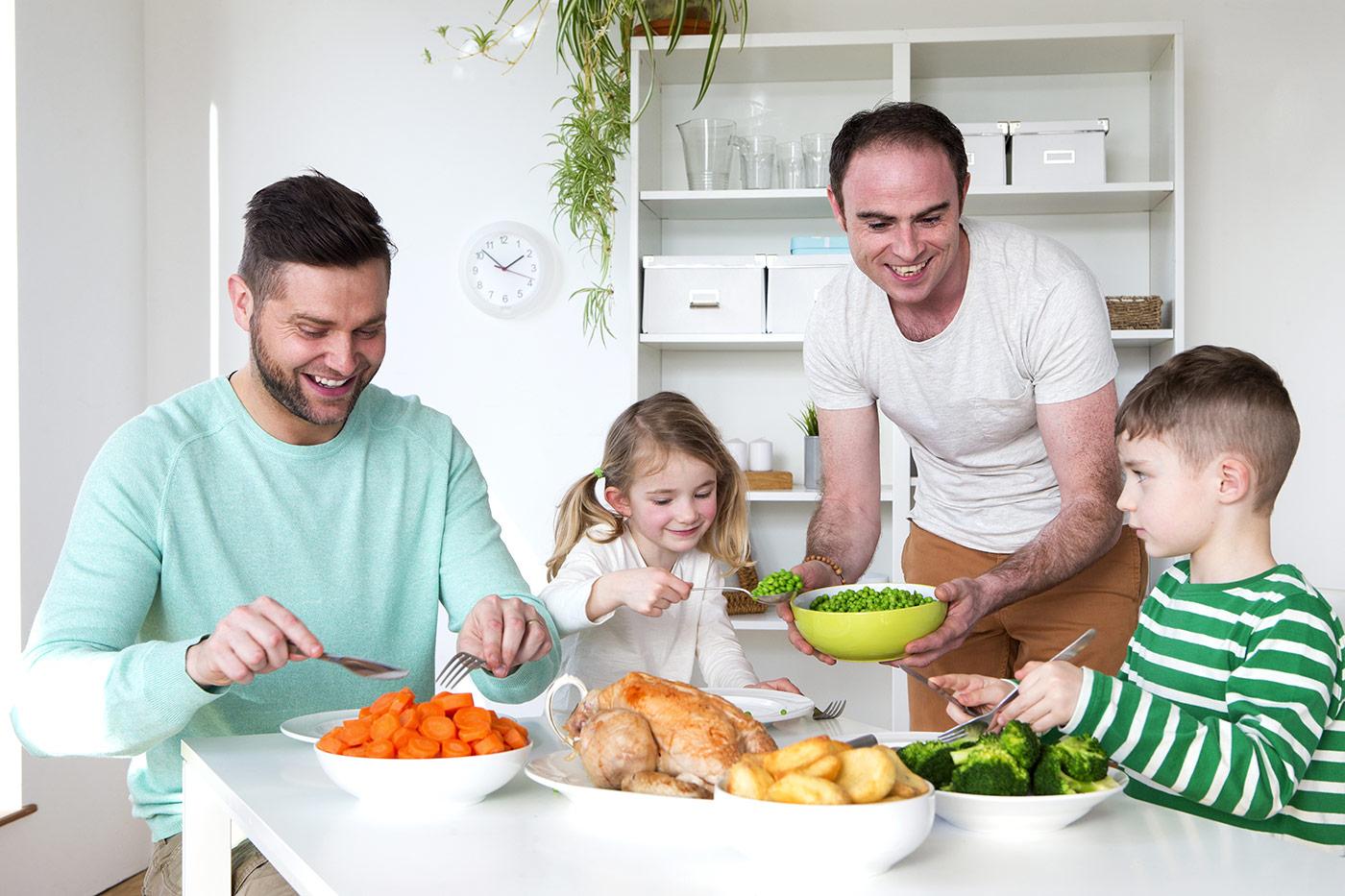 couple soupant avec leurs enfants