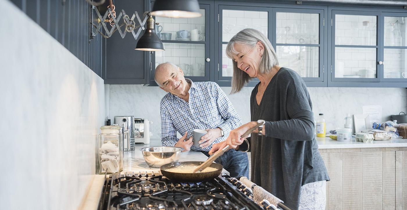 couple de retraités qui cuisine