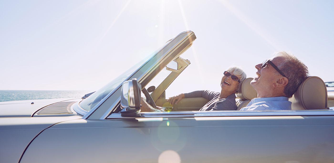 couple de retraités dans une automobile