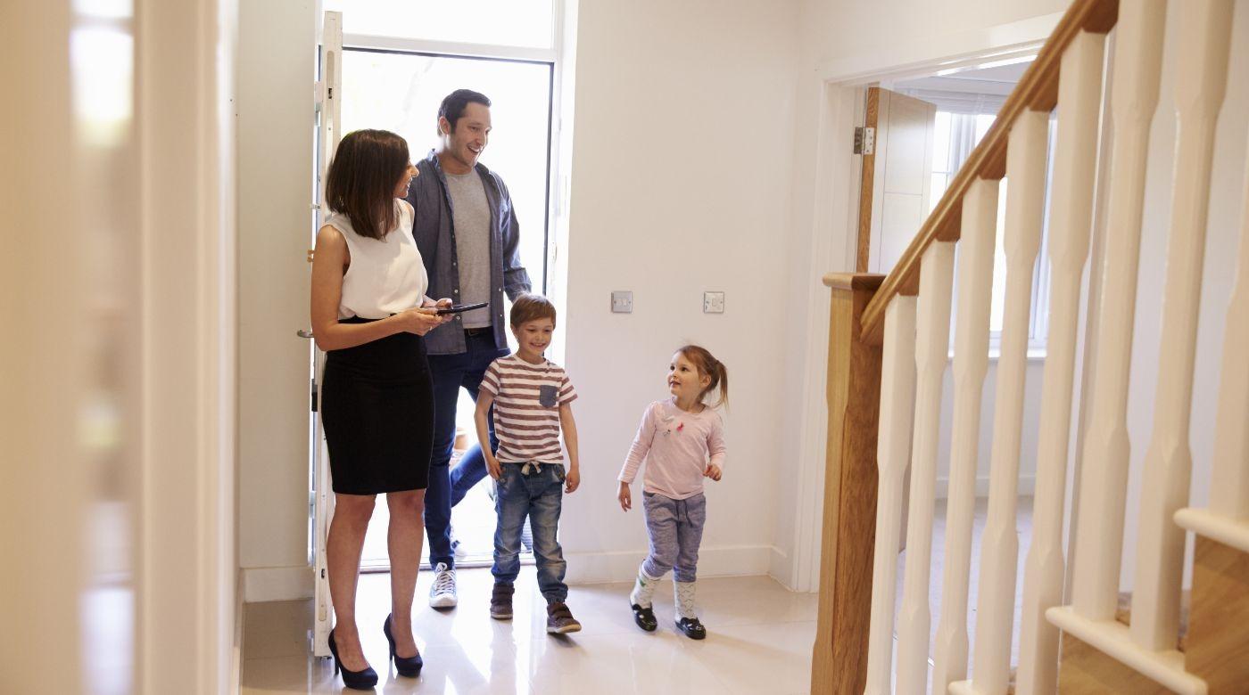famille entrant dans une maison