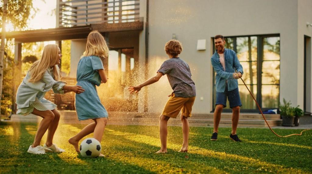 Une famille qui joue à l'extérieur.